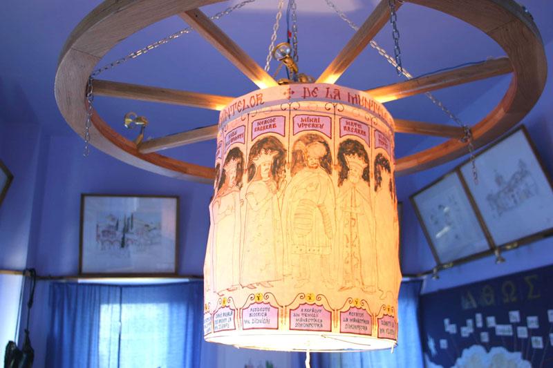 Candelabru realizat de arhit. Dan Corneliu şi ing. Eugen Tiron, cu ctitori domnitori români de la Mt. Athos