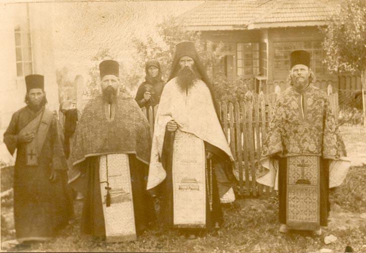 Părintele ELEFTERIE cu obştea veche a Mănăstirii Dervent